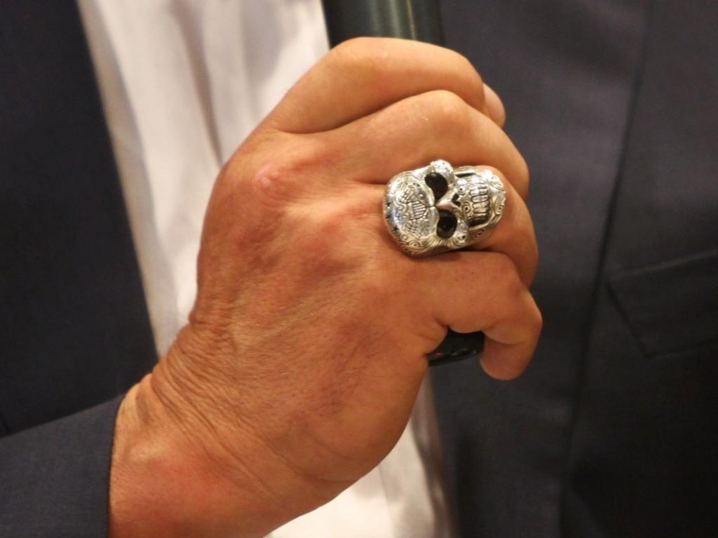 25.abr.2013 - Arnold Schwarzenegger discursa em feira de fisiculturismo. O ator usou um anel de caveira