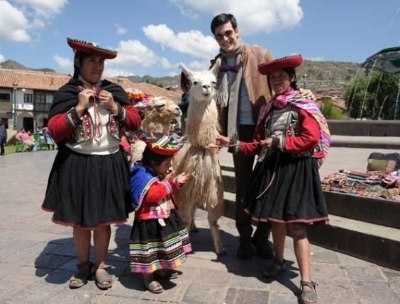 25.abr.2013 - Mateus Solano posa com lhamas e mulheres em trajes típicos durante as gravações de