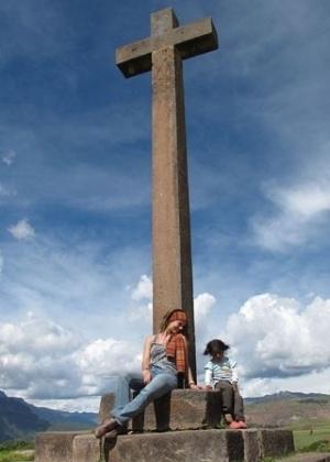 """25.abr.2013 - Paolla Oliveira tira foto com criança em Maras, no Peru, país onde gravou cenas da novela """"Amor à Vida"""""""