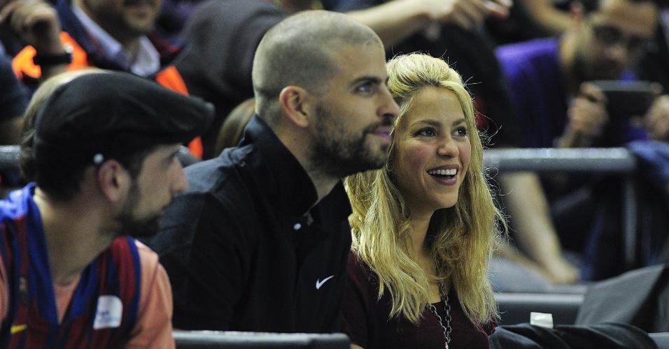 25.abr.2013 - Shakira e o namorado Gerard Piqué torcem durante jogo de basquete entre Barcelona e Panathinaikos, em Barcelona. Os dois são pais do bebê Milan, de três meses