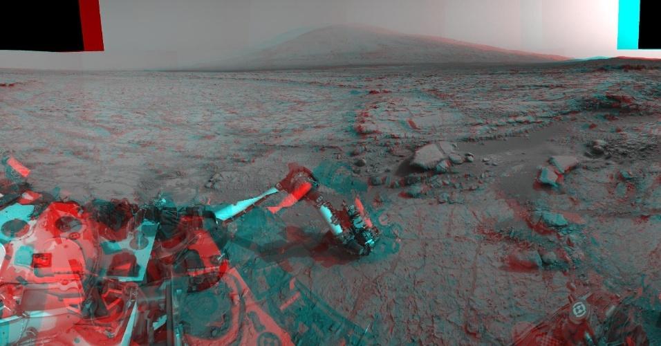 """26.abr.2013 - A visão que o Curiosity tem do horizonte de Marte, com o Monte Sharp ao fundo, foi feita combinando dúzias de fotografias em 3D feitas pelas duas câmeras instaladas no robô nos dias 166, 168 e 169 da missão (que correspondem aos dias 23, 25 e 26 de janeiro, mas que só foram divulgadas agora). Como o planeta vermelho passa por trás do Sol em relação à Terra em abril, os cientistas da Nasa estão """"poupando"""" o Curiosity neste mês por causa das interferências solares"""