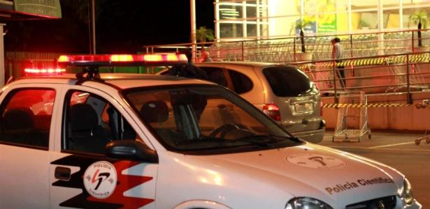 Carro da polícia estacionado no local onde um policial militar foi baleado na cabeça, nesta sexta-feira (26), após entrar em luta corporal com um suspeito, na avenida Raimundo Pereira de Magalhães