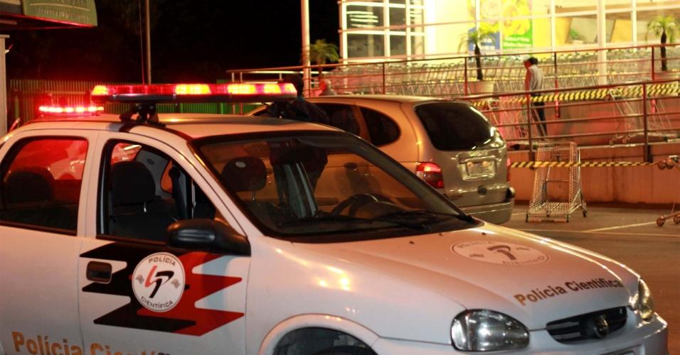 26.abr.2013 - Carro da polícia estacionado no local onde um policial militar foi baleado na cabeça, nesta sexta-feira (26), após entrar em luta corporal com um suspeito, na avenida Raimundo Pereira de Magalhães, no bairro de Taipas, zona norte de São Paulo
