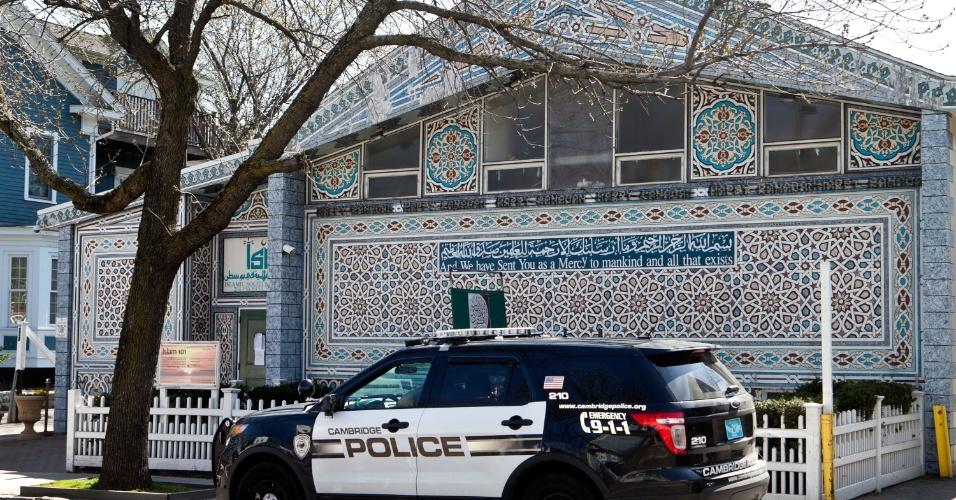 26.abr.2013 - Carro de polícia estaciona em frente à Mesquita da Sociedade Islâmica de Boston, em Cambridge, Massachusetts (EUA), que era frequentada pelos irmãos Tamerlan and Dzhokhar Tsarnaev, suspeitos dos atentados a bomba na Maratona de Boston