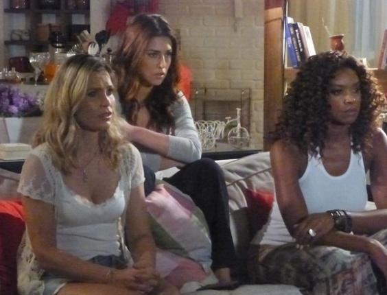 """26.abr,2013 - Em """"Salve Jorge"""", Érica assiste a vídeo com cenas quentes de Theo e Lívia"""