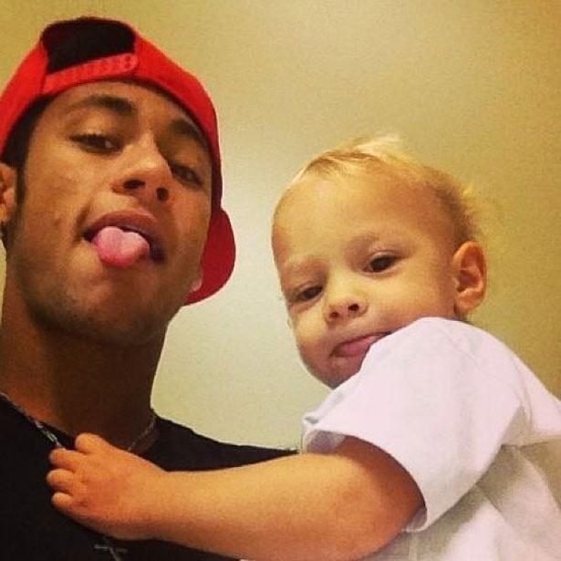 26.abr.2013 - Neymar posta foto mostrando a língua ao lado do filho durante a madrugada