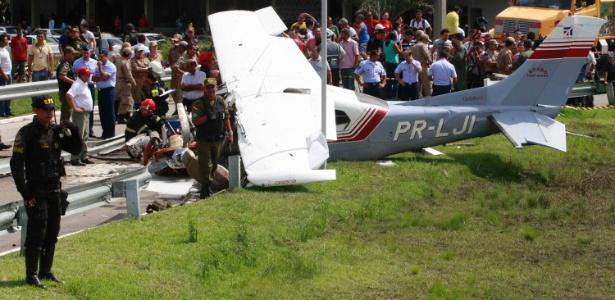 Avião cai em via de acesso ao aeroporto de Belém (PA); veja esta e outras imagens do dia
