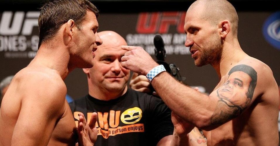 Michael Bisping é empurrado por Alan Belcher na encarada mais tensa da pesagem do UFC 159