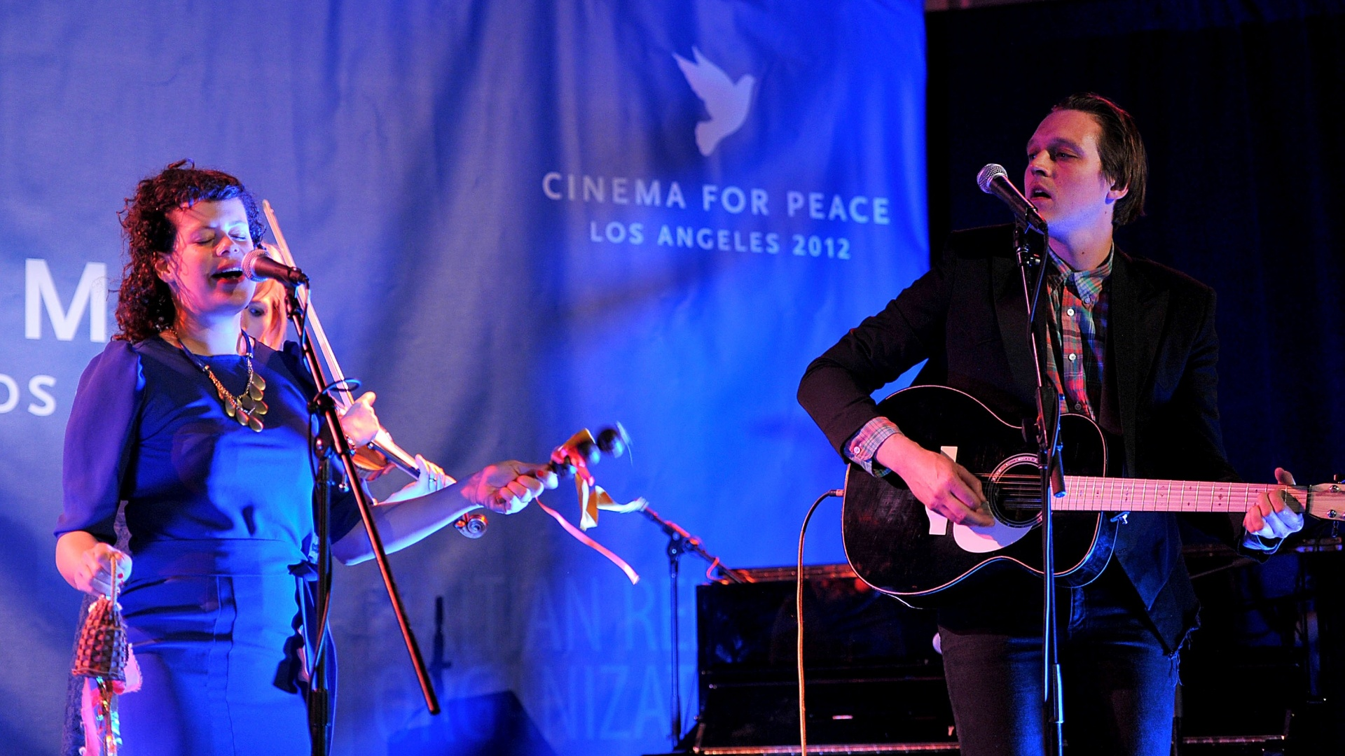 14.jan.2012 - Regine Chassagne e Win Butler, do Arcade Fire, se apresentam no evento Cinema For Peace
