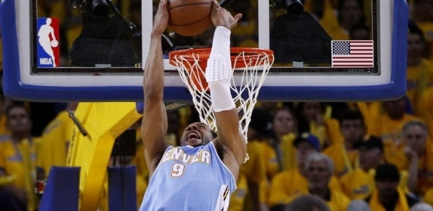 26.abr.2013 - Andre Iguodala d linda cravada de costas na derrota de seu Denver Nuggets para o Golden State Warriors