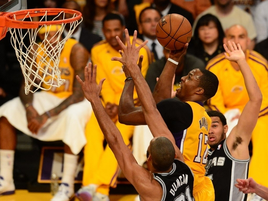 26.abr.2013 - Dwight Howard tenta cesta na partida entre Lakers e Spurs pelos playoffs da NBA