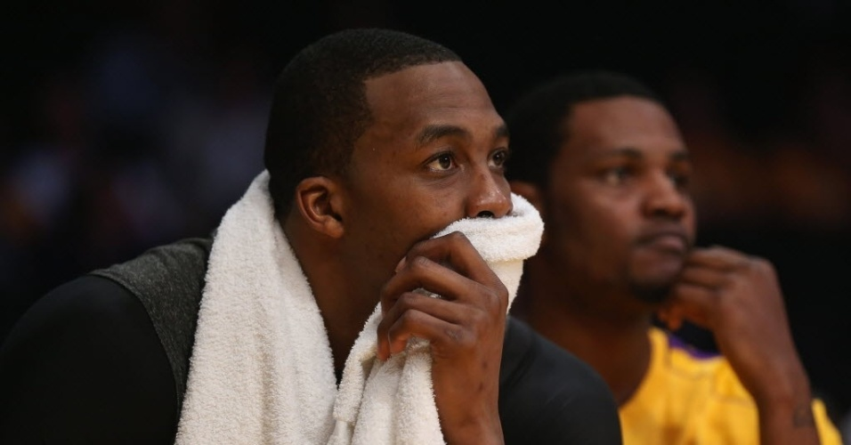26.abr.2013 - No banco, Dwight Howard lamenta a vexatria derrota dos Lakers para os Spurs