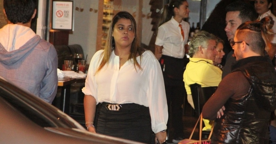 26.abr.2013 - Recém-separada, Preta Gil sai para jantar com amigos no bairro do Leblon, no Rio de Janeiro. A cantora terminou no início do mês o casamento de quatro anos com Carlos Henrique Lima