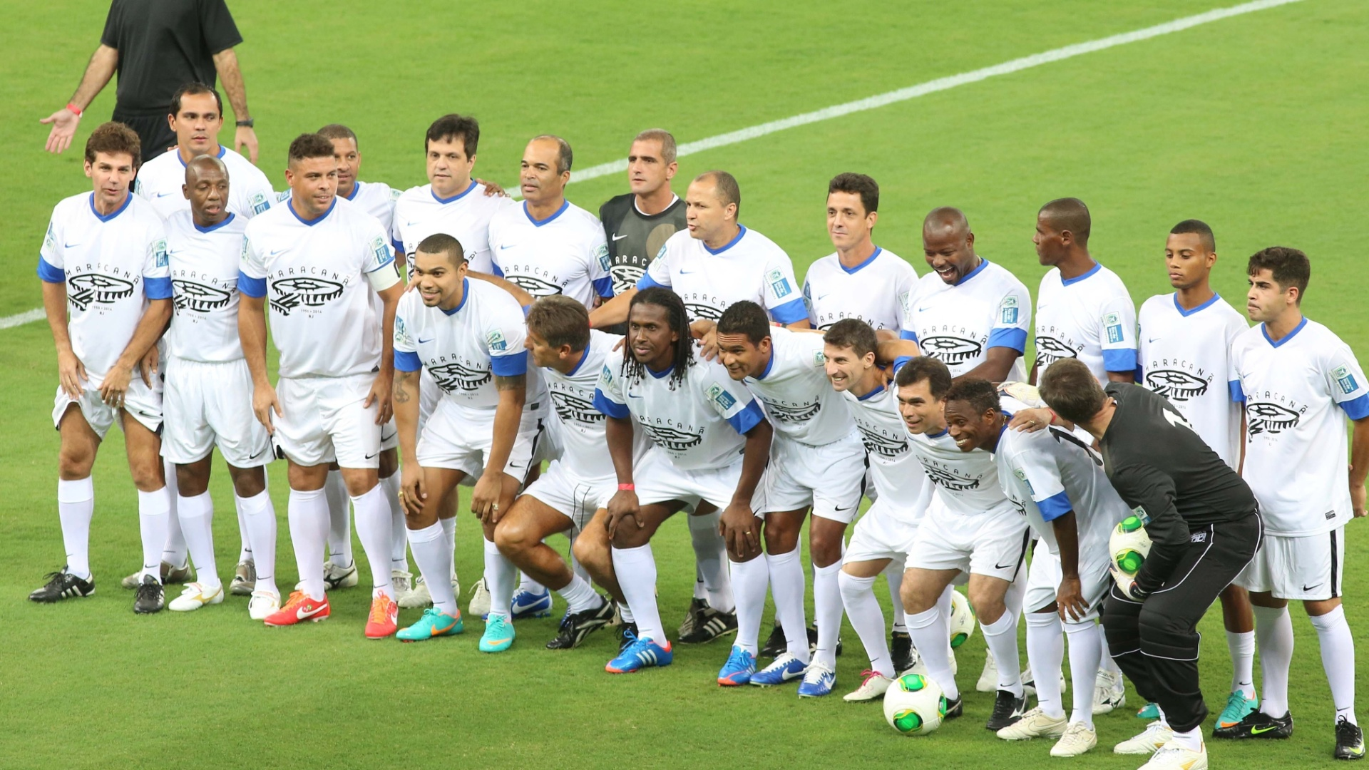 27.abr.2013 - Amigos de Ronaldo posam para foto antes do incio do jogo que serve como evento teste para a reabertura do Maracan