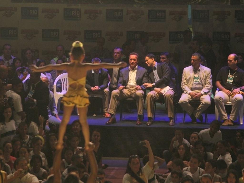 27.abr.2013 - Arnold Schwarzenegger assiste apresentação de ginastas em ginásio de Campo Grande, bairro do Rio de Janeiro