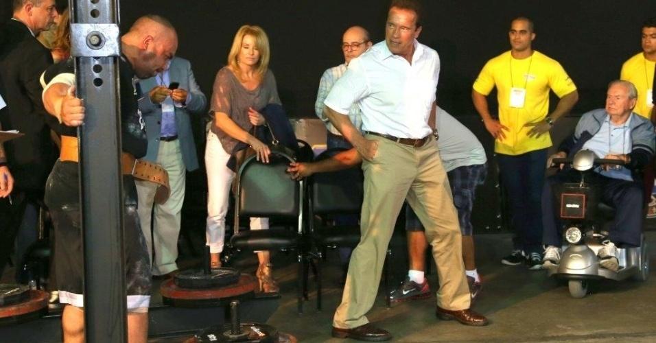 27.abr.2013 - Arnold Schwarzenegger assiste aprresentação de atleta na Arnold Classic Brasil, feira de nutrição esportiva, lutas, performance e fitness no Rio de Janeiro