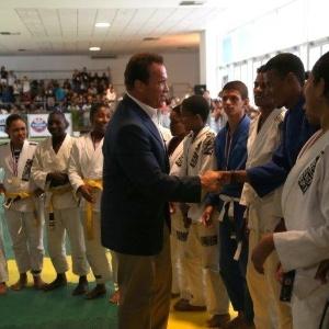 27.abr.2013 - Arnold Schwarzenegger cumprimenta atletas na Arnold Classic Brasil,feira de nutrição esportiva, lutas, performance e fitness no Rio de Janeiro