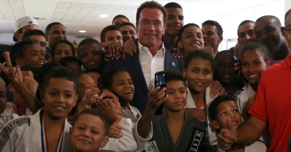 27.abr.2013 - Arnold Schwarzenegger tira foto com crianças na Arnold Classic Brasil, feira de nutrição esportiva, lutas, performance e fitness no Rio de Janeiro