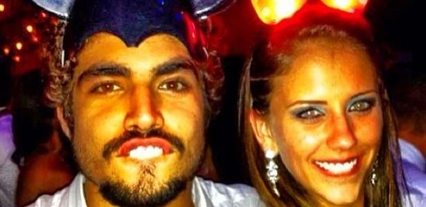 27.abr.2013 - Caio Castro posta foto com loira, vestidos de Mickey e Minnie.