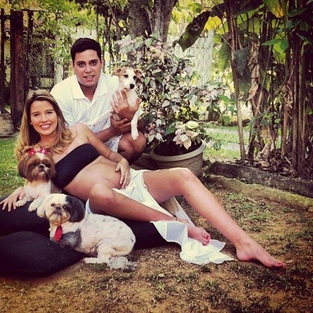 27.abr.2013 - Debby Lagranha publica foto mostrando o barrigão ao lado do marido,  Leandro Franco e seus cães