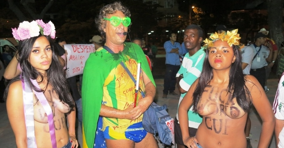 27.abr.2013 - Manifestantes fazem topless em protesto contra a realizao da Copa do Mundo no Brasil; mulheres foram detidas por atentado ao pudor