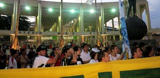 Manifestantes protestaram no Maracanã em abril, durante amistoso festivo de reinauguração do estádio