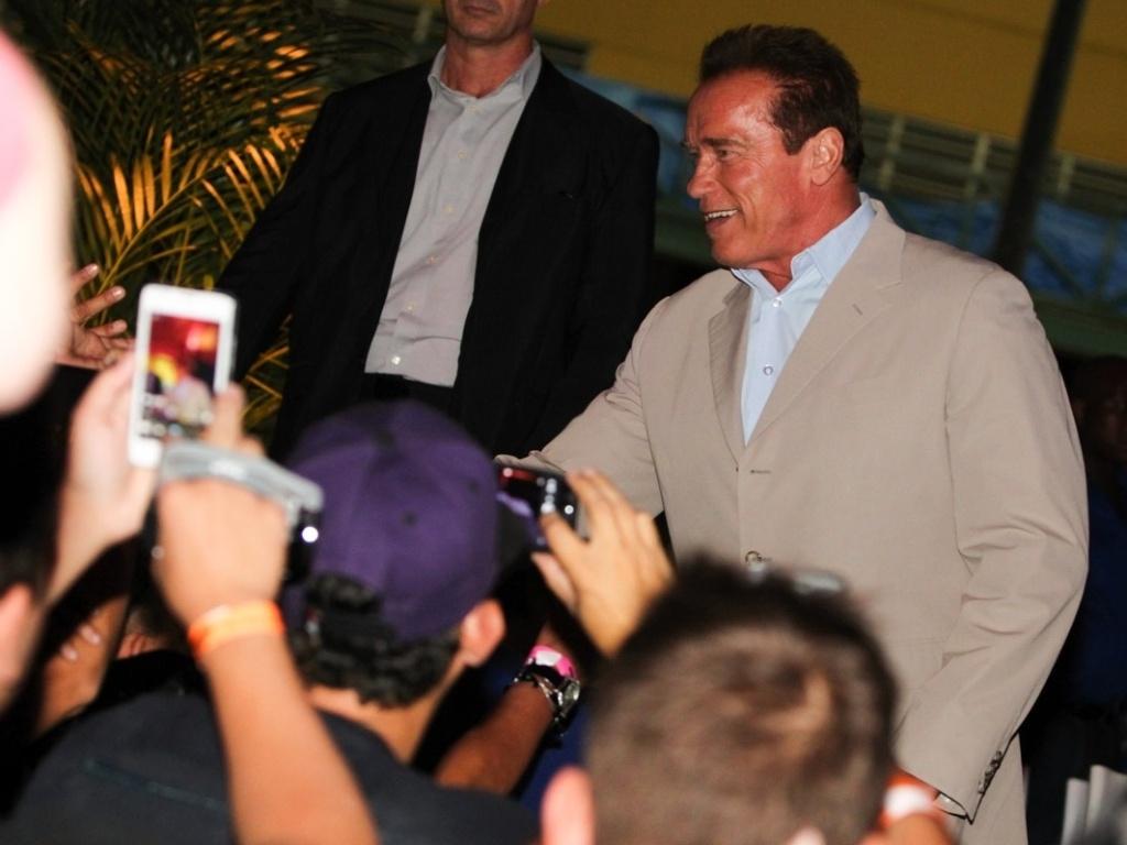 27.abr.2013 - O ator e ex-Governador da Califórnia Arnold Schwarzenegger cumprimenta fãs na chegada à Cidade do Samba, no Rio, para mais eventos da Arnold Classic Brasil, feira de nutrição esportiva, lutas, performance e fitness