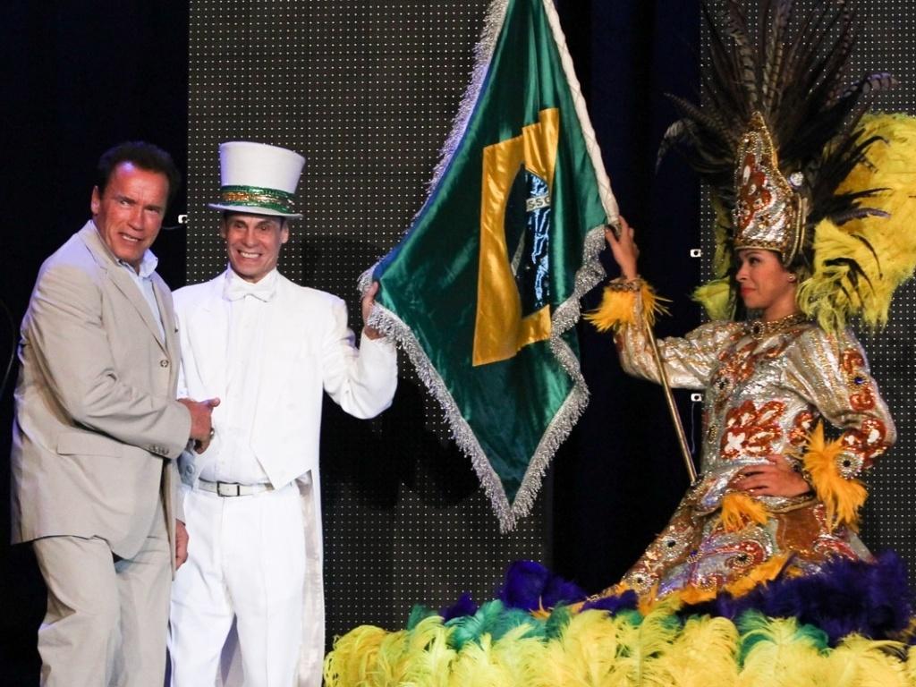 27.abr.2013 - O ator e ex-Governador da Califórnia Arnold Schwarzenegger cumprimenta o dançarino Carlinhos de Jesus antes de discursar na Arnold Classic Brasil, na Cidade do Samba, no Rio