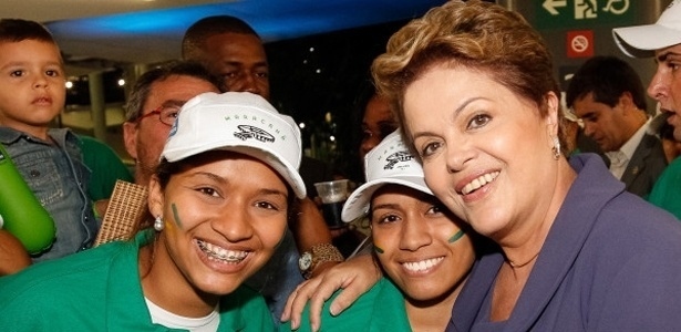 27.abr.2013 - Presidente Dilma Rousseff posa para fotos com operrios durante a reabertura do Maracan