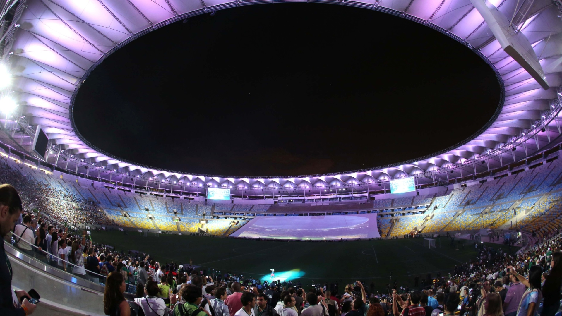 27.abr.2013 - Reabertura do Maracan teve lindo show de luzes antes do jogo entre amigos de Bebeto e amigos de Ronald