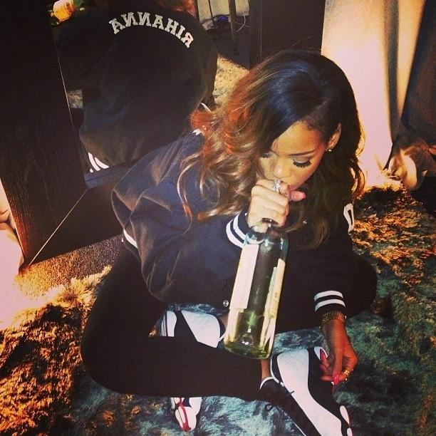 27.abr.2013 - Rihanna publica foto bebendo vinho direto da garrafa em seu Instagram
