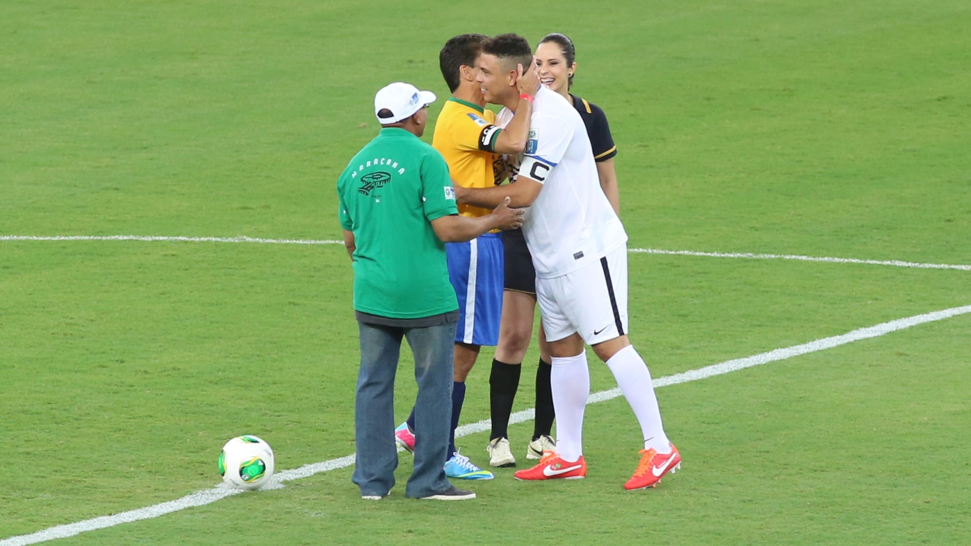 27.abr.2013 - Ronaldo e Bebeto se abraam antes do incio do jogo que serve como evento teste para a reabertura do Maracan
