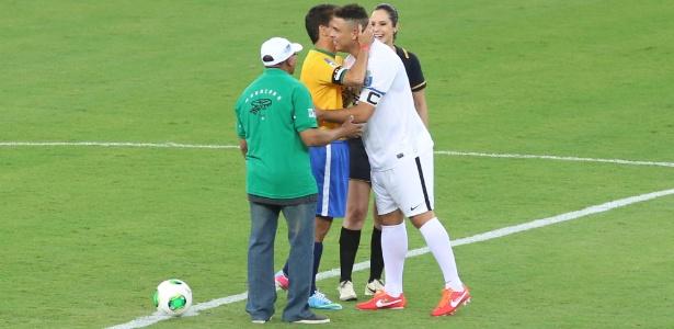 Ronaldo e Bebeto se abraçam antes do início do jogo-teste da reabertura do Maracanã