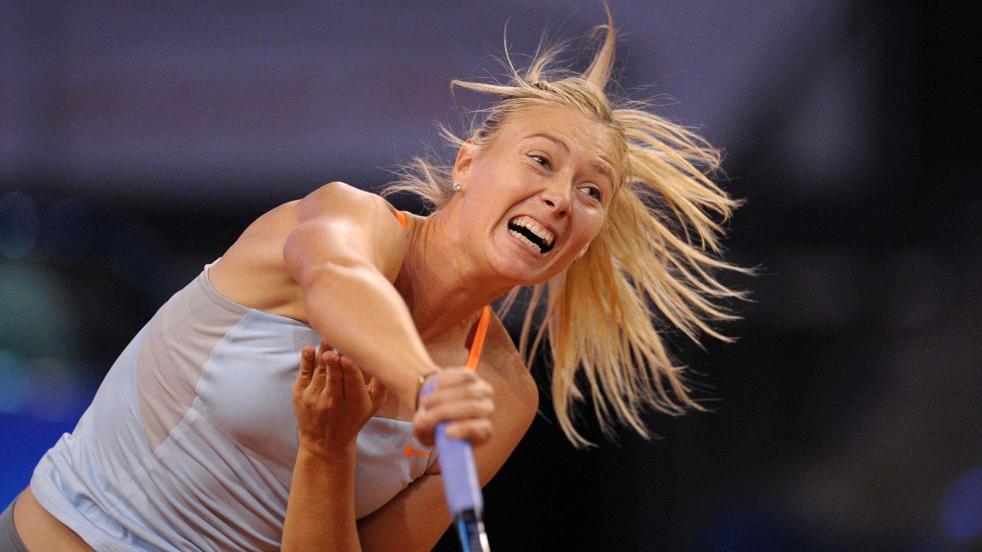 27.abr.2013 - A russa Maria Sharapova rebate bola durante a partida contra Angelique Kerber, em Stuttgart (ALE)
