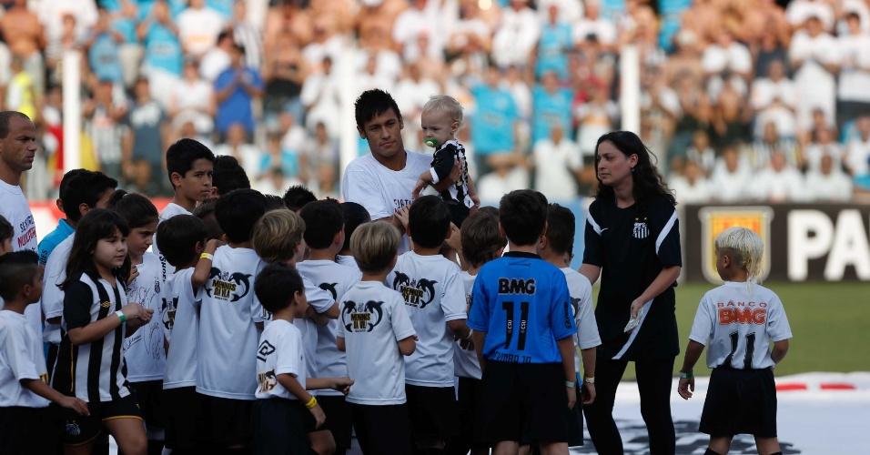 Crianças recepcionam Neymar na entrada para o clássico entre Santos x Palmeiras, na Vila, pelas quartas do Paulistão