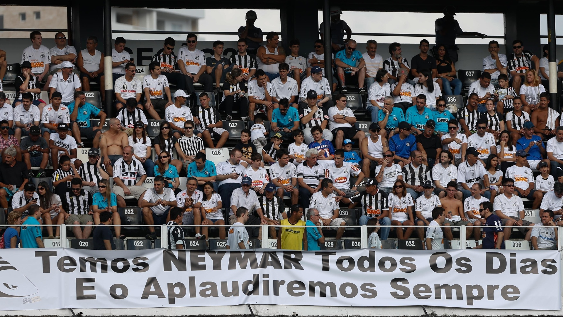 Faixa estendida na Vila valoriza Neymar aps vaias no MIneiro: 