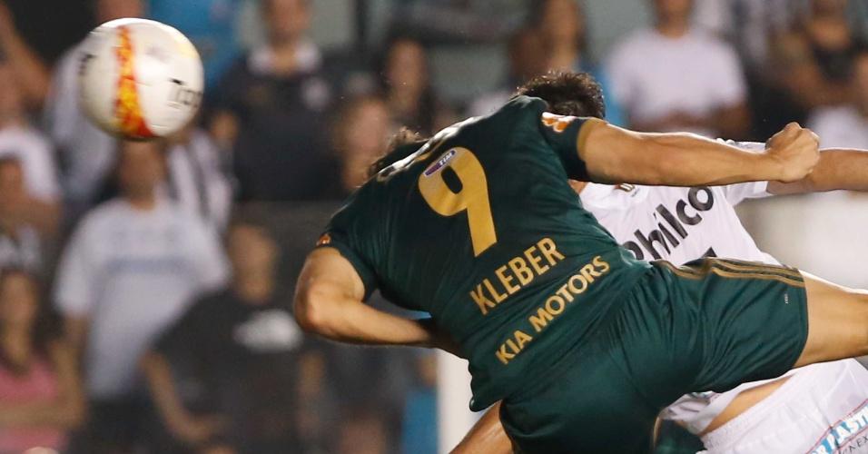 Kleber aproveitou ótimo cruzamento de Souza e empatou a partida, que foi para os pênaltis