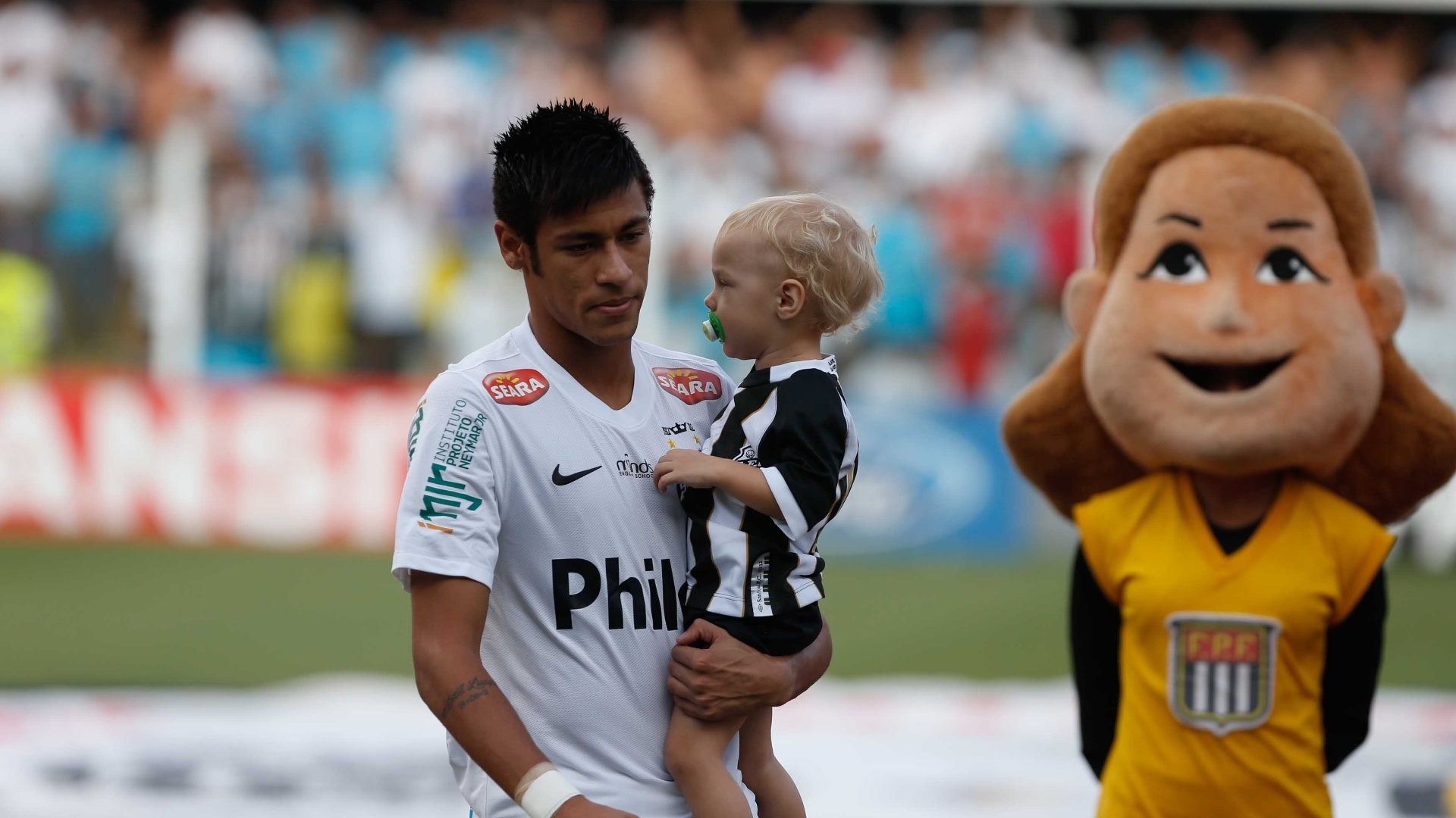 Neymar chega com o filho no colo para a partida contra o Palmeiras, pelas quartas do Paulisto