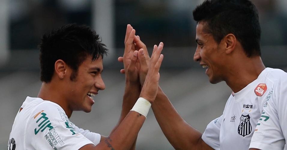 Neymar cumprimenta Cícero, autor do gol do Santos no clássico contra o Palmeiras