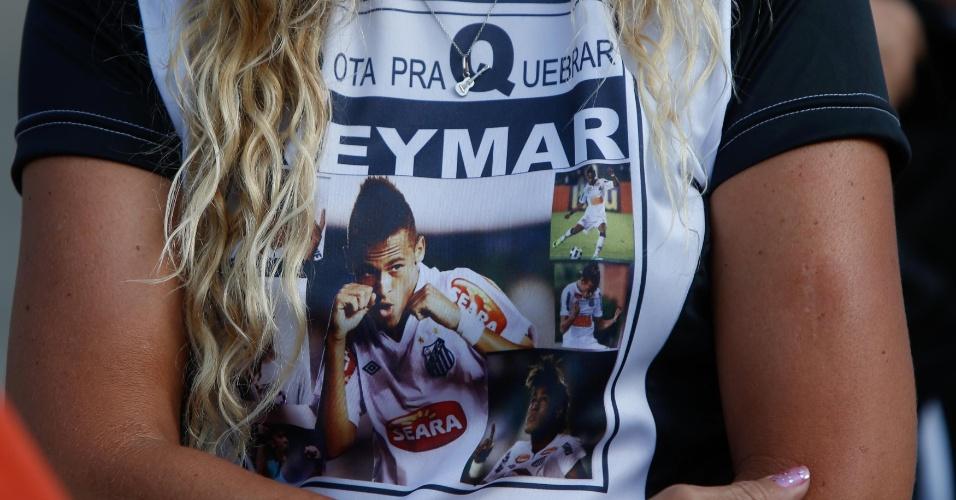 Neymar estampa roupa de torcedora santista presente na Vila