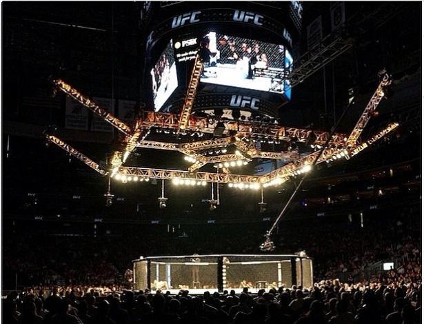 O ginásio Prudential Center está lotado para o UFC 159
