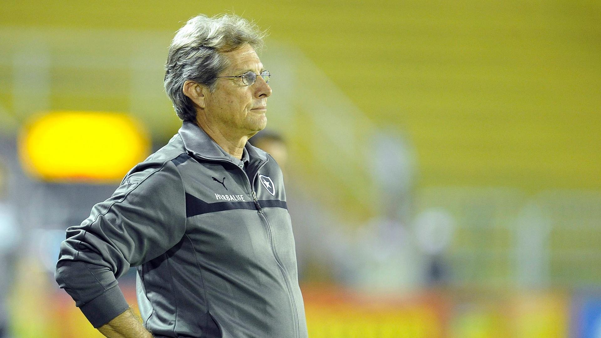 Oswaldo Oliveira observa a vitória do seu Botafogo contra o Resende