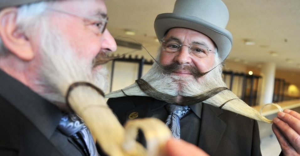 Participante do Campeonato de Barba Alemo exibe sua barba, em Pforzheim, no sul da Alemanha