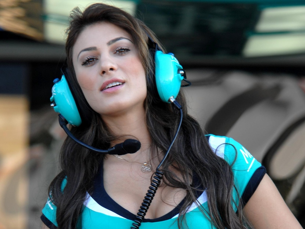 28.abr.2013 - A morena Michelle foi uma das gachas grid girls da prova deste domingo da Stock Car, no autdromo de Tarum