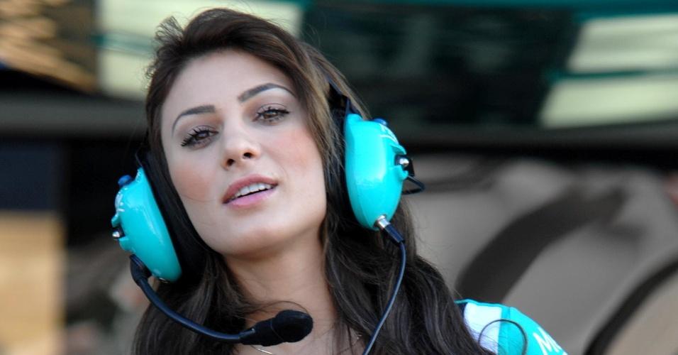 28.abr.2013 - A morena Michelle foi uma das gaúchas grid girls da prova deste domingo da Stock Car, no autódromo de Tarumã