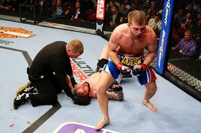 28.abr.2013 - Bryan Caraway (d.) comemora vitória em luta contra Johnny Bedford no UFC 159