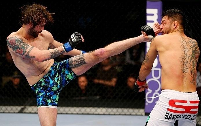 28.abr.2013 - Cody McKenzie (d.) chuta rosto de Leonard Garcia durante luta no UFC 159