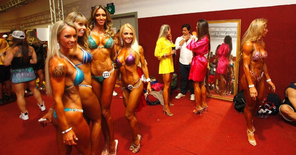 28.abr.2013 - Competidoras posam nos bastidores da disputa de fisiculturismo no Arnold Classic Brasil