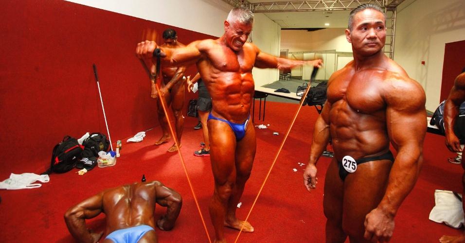 28.abr.2013 - Competidores posam nos bastidores da disputa de fisiculturismo no Arnold Classic Brasil