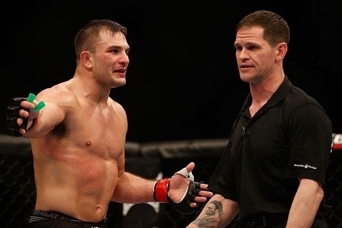 28.abr.2013 - Gian Villante reclama com o árbitro Kevin Mulholland após paralisação controversa no duelo contra Ovince Saint Preux no UFC 159